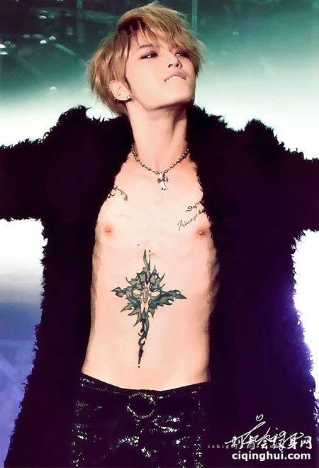 金在中哥特风下腹十字架纹身图案