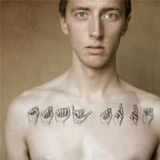 欧美男胸前手势纹身图案