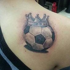 女生肩部足球纹身图案