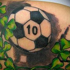肩部足球和花藤纹身图案