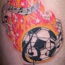 大臂燃烧的足球纹身图案