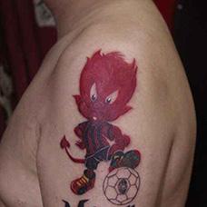 大臂男孩和足球纹身图案
