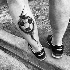 小腿钢笔画足球纹身图案